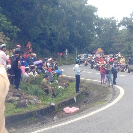 Xe khách chở 26 người rơi xuống vực đèo Hải Vân, đã có 1 người tử vong ảnh 26