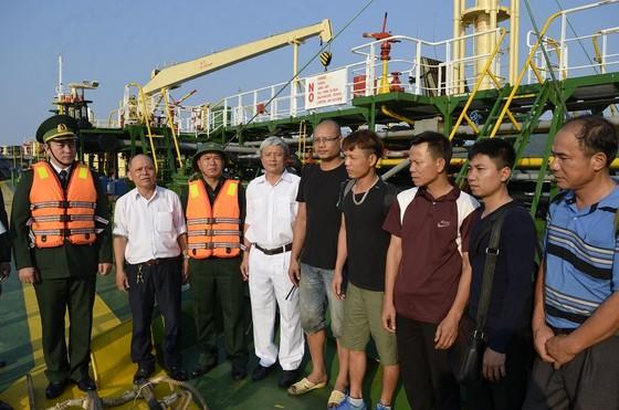 Cứu sống 9 thuyền viên bị chìm tàu giữa biển ảnh 2