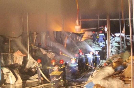 Cháy lớn tại nhà máy giấy ảnh 1