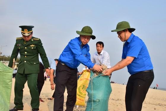 Chủ tịch UBND tỉnh Thừa Thiên – Huế tham gia làm sạch rác trên bãi biển ảnh 1