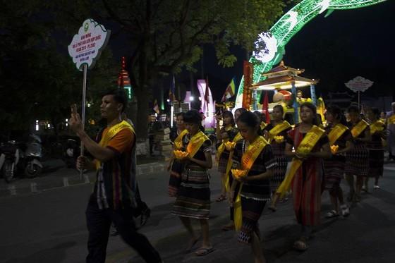 Hàng ngàn người đi bộ 4km rước Phật về cử hành Đại lễ Phật đản ảnh 7