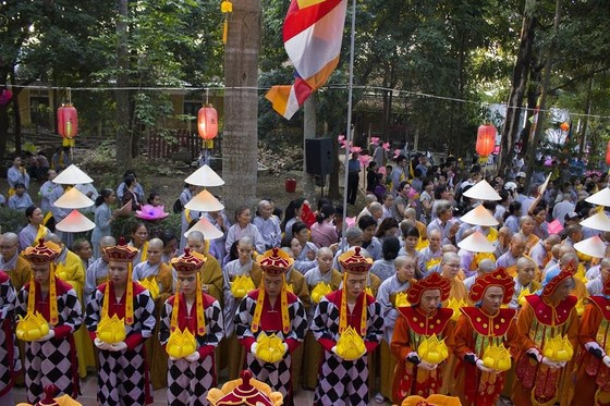 Hàng ngàn người đi bộ 4km rước Phật về cử hành Đại lễ Phật đản ảnh 1
