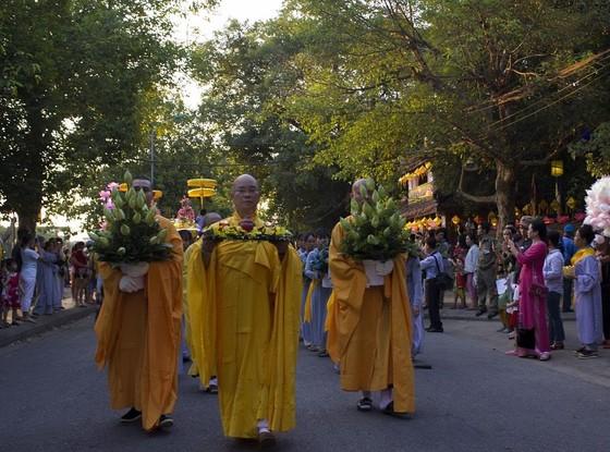 Hàng ngàn người đi bộ 4km rước Phật về cử hành Đại lễ Phật đản ảnh 3