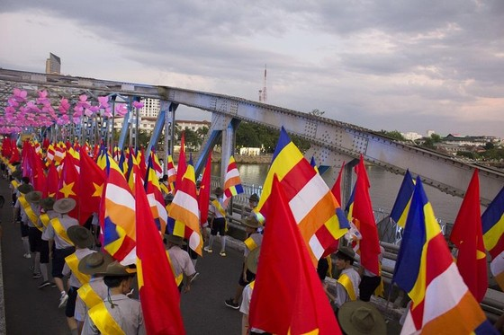 Hàng ngàn người đi bộ 4km rước Phật về cử hành Đại lễ Phật đản ảnh 4