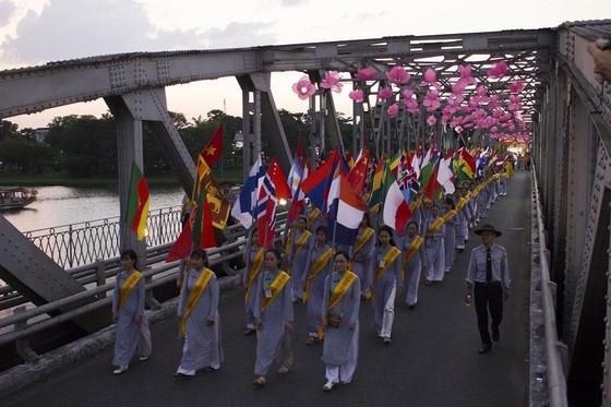 Hàng ngàn người đi bộ 4km rước Phật về cử hành Đại lễ Phật đản ảnh 5