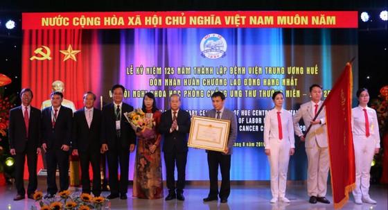 Bệnh viện Trung ương Huế đón nhận Huân chương lao động hạng Nhất ảnh 1