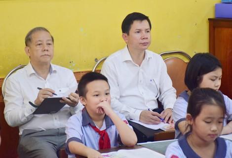 Chủ tịch UBND tỉnh Thừa Thiên – Huế cùng học môn Đạo đức với học sinh tiểu học ảnh 1
