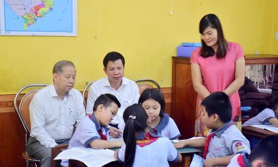 Chủ tịch UBND tỉnh Thừa Thiên – Huế cùng học môn Đạo đức với học sinh tiểu học ảnh 3