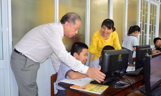 Chủ tịch UBND tỉnh Thừa Thiên – Huế cùng học môn Đạo đức với học sinh tiểu học ảnh 4