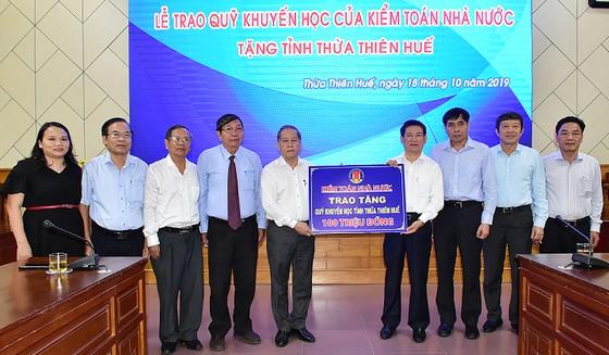 Bảo tàng Hồ Chí Minh Thừa Thiên-Huế tiếp nhận khối đá Saphia nặng 14 tấn ảnh 2