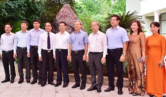 Bảo tàng Hồ Chí Minh Thừa Thiên-Huế tiếp nhận khối đá Saphia nặng 14 tấn ảnh 1