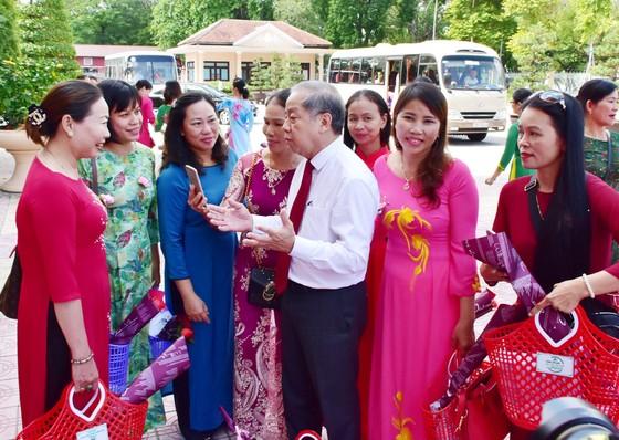 Lần đầu tiên Chủ tịch tỉnh Thừa Thiên - Huế gặp mặt nói chuyện thân mật với chị em lao công  ảnh 5
