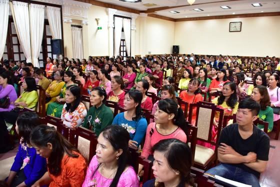 Lần đầu tiên Chủ tịch tỉnh Thừa Thiên - Huế gặp mặt nói chuyện thân mật với chị em lao công  ảnh 4
