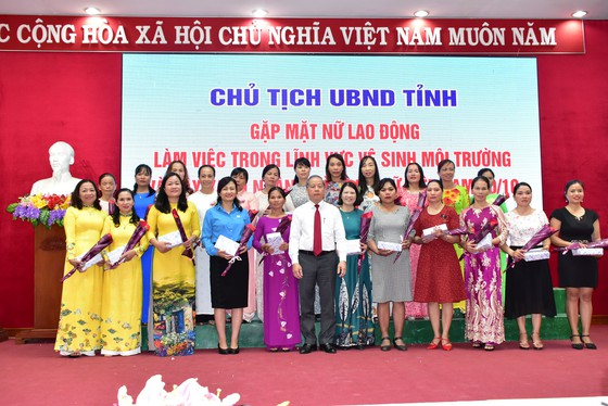 Lần đầu tiên Chủ tịch tỉnh Thừa Thiên - Huế gặp mặt nói chuyện thân mật với chị em lao công  ảnh 3