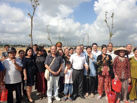 Chủ tịch tỉnh dẫn người dân dời nhà ra khỏi Kinh thành Huế đi xem đất nền ảnh 1