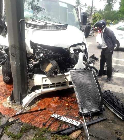 Ô tô tông cột điện, nhiều người Hàn Quốc bị thương ảnh 2