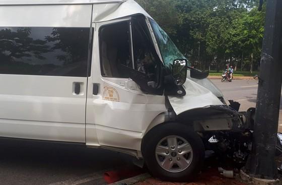 Ô tô tông cột điện, nhiều người Hàn Quốc bị thương ảnh 1