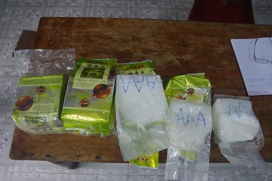 Người đi nhặt ve chai lượm được 7,8kg nghi ma túy đá trôi dạt trên biển ảnh 1