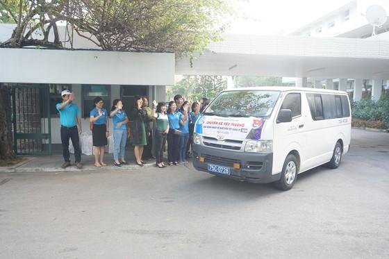 Bệnh viện Trung ương Huế đưa 200 bệnh nhân ở xa về quê ăn Tết ảnh 2
