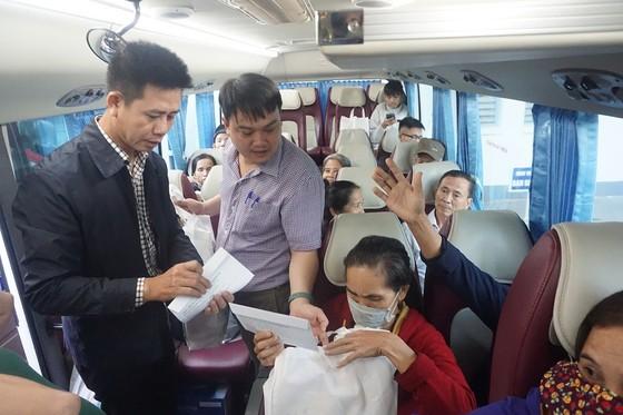 Bệnh viện Trung ương Huế đưa 200 bệnh nhân ở xa về quê ăn Tết ảnh 3