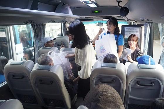 Bệnh viện Trung ương Huế đưa 200 bệnh nhân ở xa về quê ăn Tết ảnh 4
