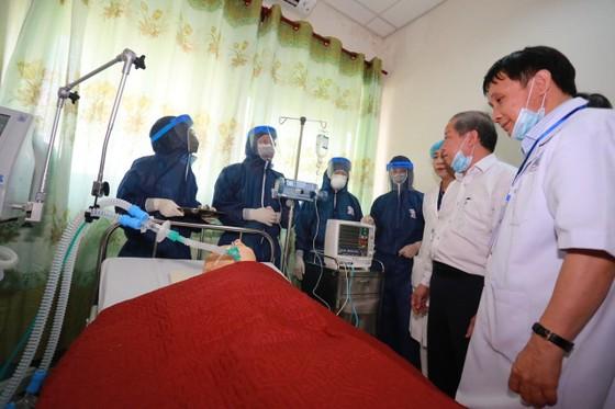 Bệnh viện Trung ương Huế diễn tập cứu chữa 2 bệnh nhân nhiễm virus corona ảnh 3
