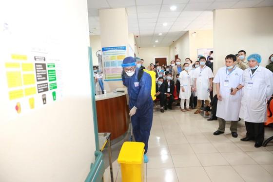 Bệnh viện Trung ương Huế diễn tập cứu chữa 2 bệnh nhân nhiễm virus corona ảnh 2