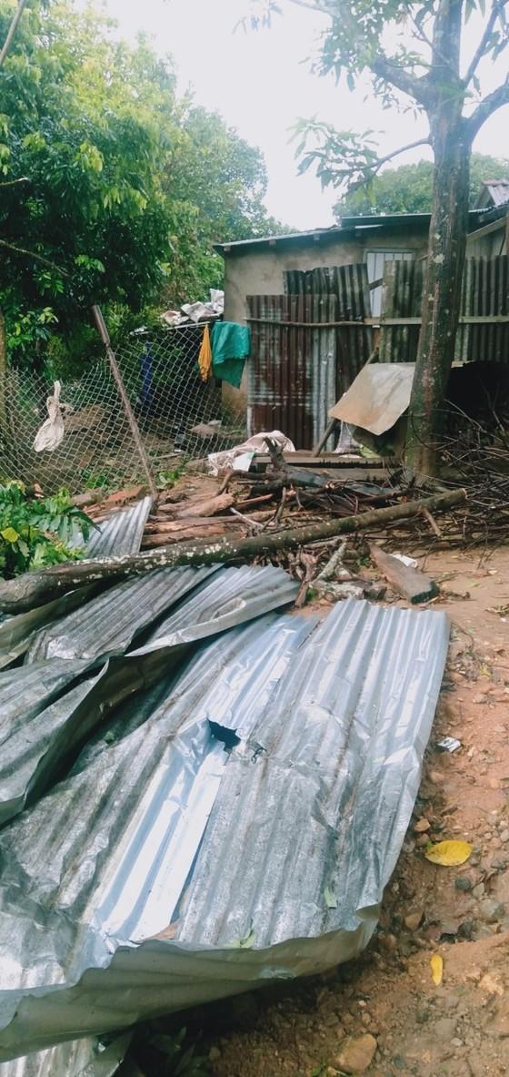 Lốc xoáy làm sập và tốc mái ít nhất 17 ngôi nhà ở A Lưới ảnh 2