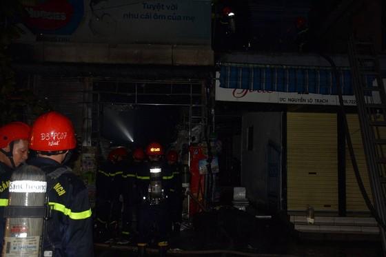 Vật lộn cứu cửa hàng tạp hóa bốc cháy trong đêm mưa tại Huế ảnh 1