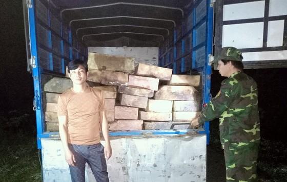 Phát hiện xe tải chở gỗ trái phép trong đêm ở gần cửa khẩu Hồng Vân ảnh 1