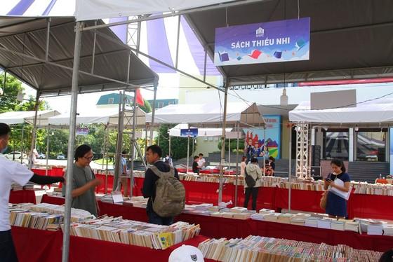 Dừng hoạt động Hội chợ sách 'Viet Nam book fair tour 2020' vì bán sách ngoài danh mục  ảnh 1