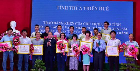 Chủ tịch UBND tỉnh Thừa Thiên – Huế tặng Bằng khen phóng viên Báo SGGP ảnh 1