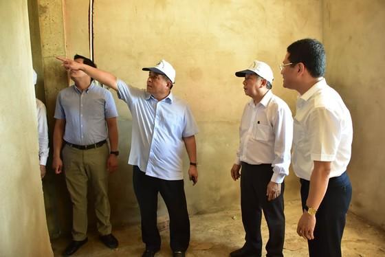 Bộ Trưởng Bộ KH-ĐT tặng quà các hộ dân di dời ra khỏi Kinh thành Huế ảnh 1