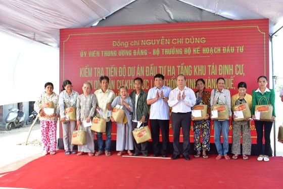Bộ Trưởng Bộ KH-ĐT tặng quà các hộ dân di dời ra khỏi Kinh thành Huế ảnh 2