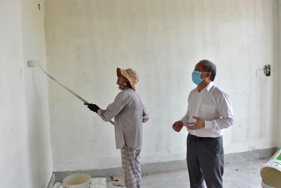25 hộ nghèo Kinh thành Huế nhận nhà mới được lãnh đạo tỉnh Thừa Thiên – Huế tặng gạo và muối trắng ảnh 4