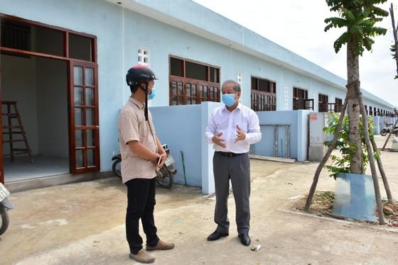 25 hộ nghèo Kinh thành Huế nhận nhà mới được lãnh đạo tỉnh Thừa Thiên – Huế tặng gạo và muối trắng ảnh 5