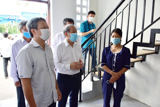 25 hộ nghèo Kinh thành Huế nhận nhà mới được lãnh đạo tỉnh Thừa Thiên – Huế tặng gạo và muối trắng ảnh 2