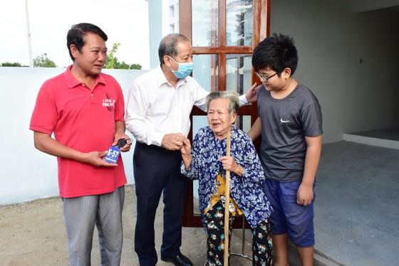 25 hộ nghèo Kinh thành Huế nhận nhà mới được lãnh đạo tỉnh Thừa Thiên – Huế tặng gạo và muối trắng ảnh 3