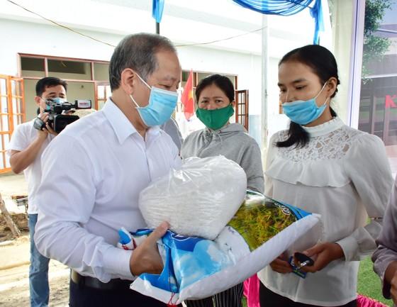 25 hộ nghèo Kinh thành Huế nhận nhà mới được lãnh đạo tỉnh Thừa Thiên – Huế tặng gạo và muối trắng ảnh 1