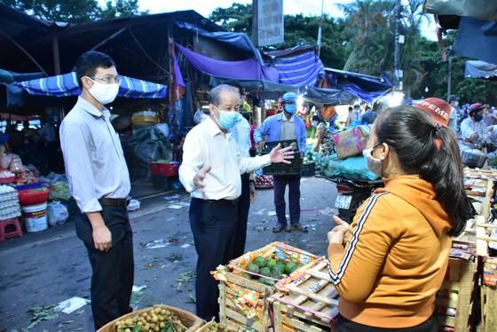 Chủ tịch UBND tỉnh Thừa Thiên – Huế đi chợ dặn tiểu thương tích cực phòng chống Covid-19 ảnh 2