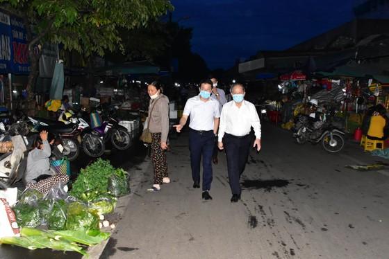 Chủ tịch UBND tỉnh Thừa Thiên – Huế đi chợ dặn tiểu thương tích cực phòng chống Covid-19 ảnh 1