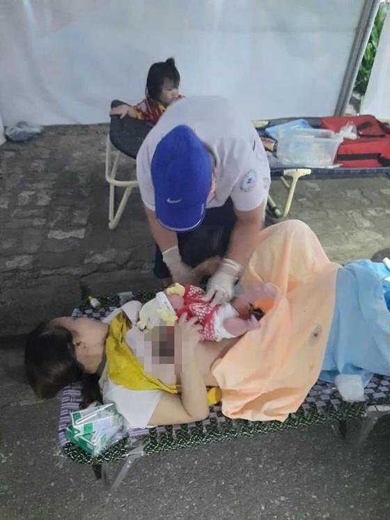 Sản phụ chuyển dạ sinh con ngay tại chốt kiểm soát y tế  ảnh 1