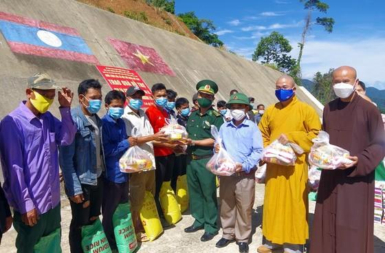 Trao quà hỗ trợ lực lượng vũ trang và nhân dân nước bạn Lào ảnh 2