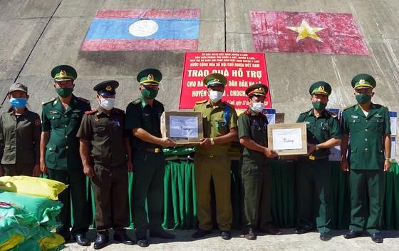 Trao quà hỗ trợ lực lượng vũ trang và nhân dân nước bạn Lào ảnh 1