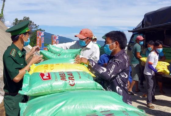 Trao quà hỗ trợ lực lượng vũ trang và nhân dân nước bạn Lào ảnh 3