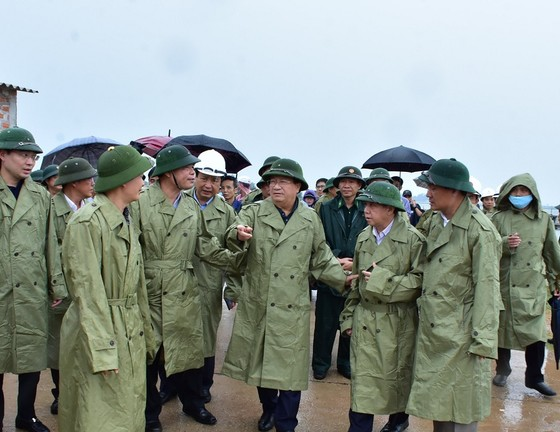 Phó Thủ tướng Trịnh Đình Dũng chỉ đạo công tác ứng phó bão số 5 tại Thừa Thiên - Huế ảnh 2
