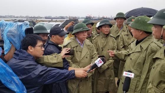 Phó Thủ tướng Trịnh Đình Dũng chỉ đạo công tác ứng phó bão số 5 tại Thừa Thiên - Huế ảnh 1