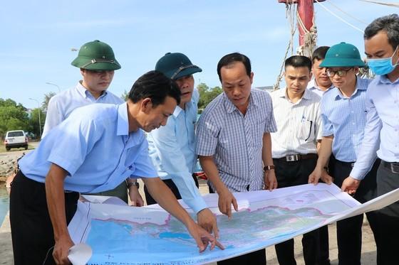 Phó Thủ tướng Trịnh Đình Dũng chỉ đạo công tác ứng phó bão số 5 tại Thừa Thiên - Huế ảnh 4