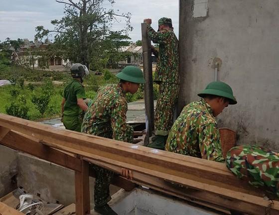 Gần 4.000 bộ đội và dân quân tự vệ giúp dân khắc phục bão số 5 ảnh 1