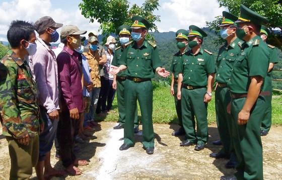 Tặng lực lượng vũ trang và nhân dân nước bạn Lào 225 suất quà  ảnh 3